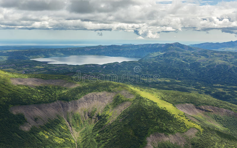 火山口Karymsky湖 克罗诺基火山在堪察加半岛的自然保护 免版税图库摄影