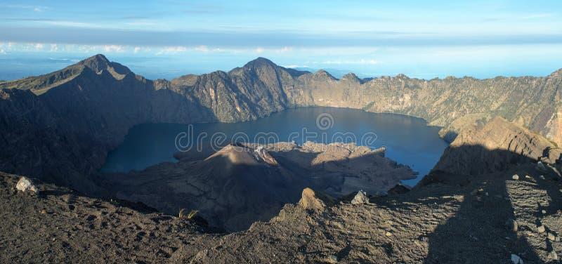 火山口Rinjani火山和巴厘岛和Gili海岛LakeInside背景的 免版税库存照片