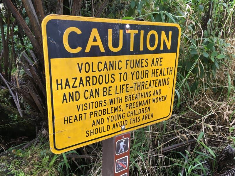 火山和发烟在火山国立公园的小心标志 免版税图库摄影