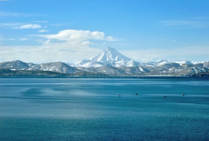 火山和海在水中在俄罗斯 免版税库存图片