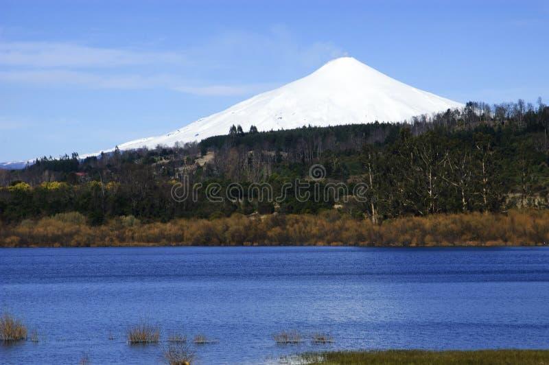火山和湖维利亚里卡火山在智利 免版税库存照片