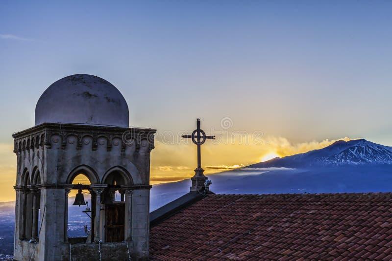 火山喷发从castelmola教会和十字架的etna 库存照片