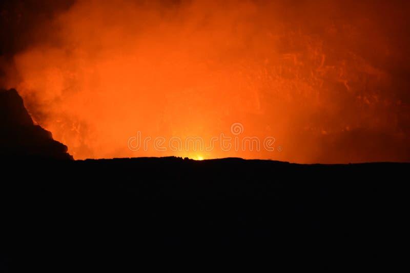 火山在与熔岩和烟的晚上 库存图片