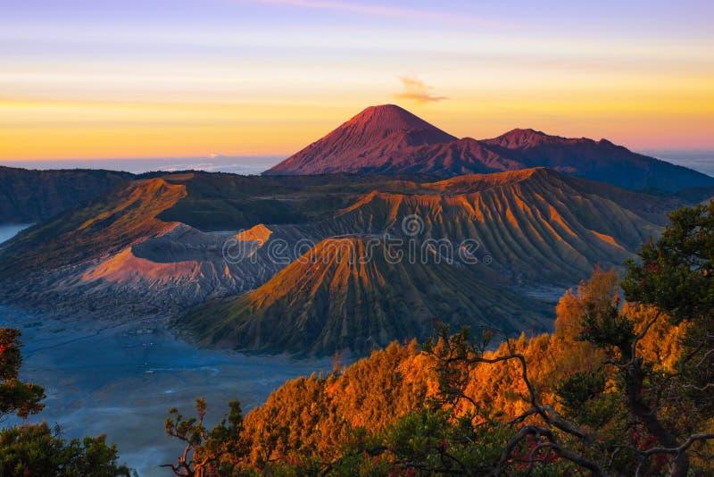 火山在日出的Bromo腾格尔塞梅鲁火山国家公园 库存图片