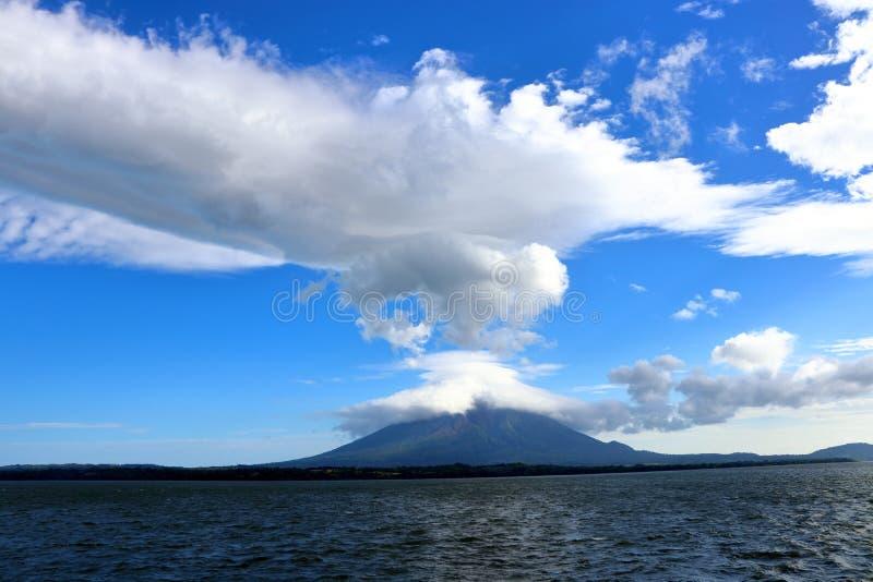 火山康塞普西翁火山,奥梅特佩岛,尼加拉瓜一个遥远的看法  免版税库存照片