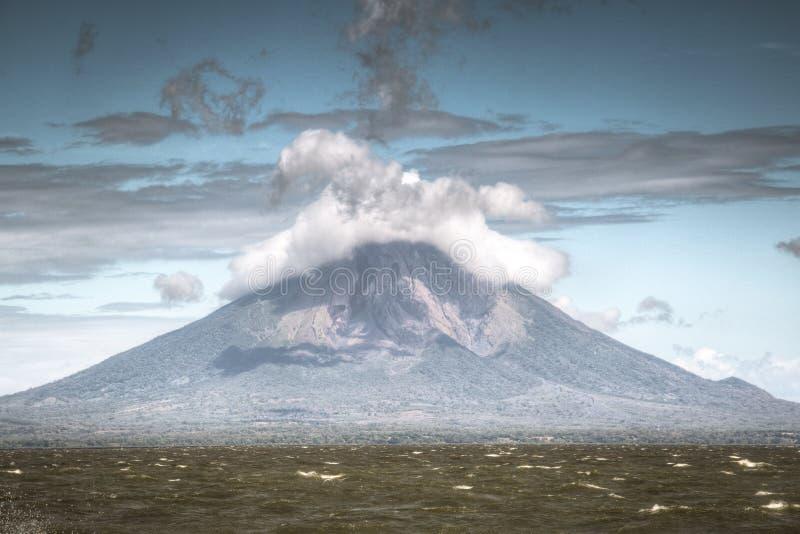 火山康塞普西翁角看法在奥梅特佩岛的在湖尼加拉瓜在尼加拉瓜 免版税图库摄影
