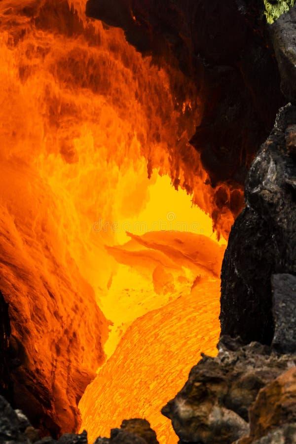 火山扎尔巴奇克火山,流经熔岩管的煮沸的岩浆的爆发在坚实熔岩下,堪察加半岛,俄罗斯层数  免版税图库摄影