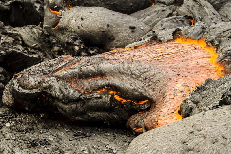 火山扎尔巴奇克火山,煮沸的岩浆的爆发,关闭热的熔岩,堪察加半岛,俄罗斯的图象 免版税库存照片