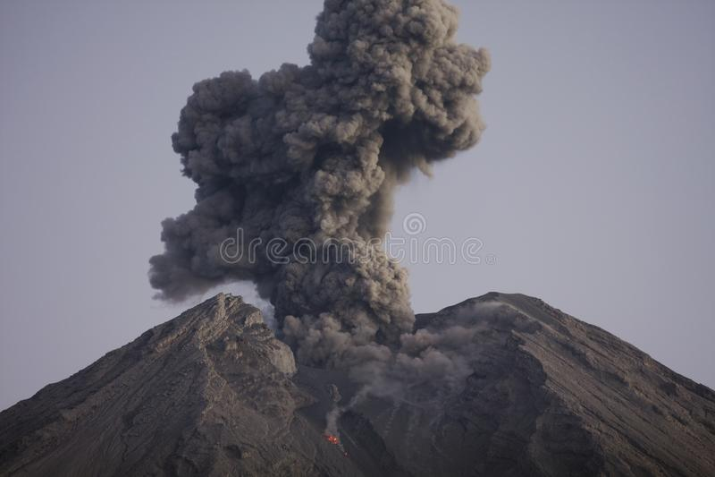 火山灰云彩从塞梅鲁火山Java印度尼西亚的 图库摄影