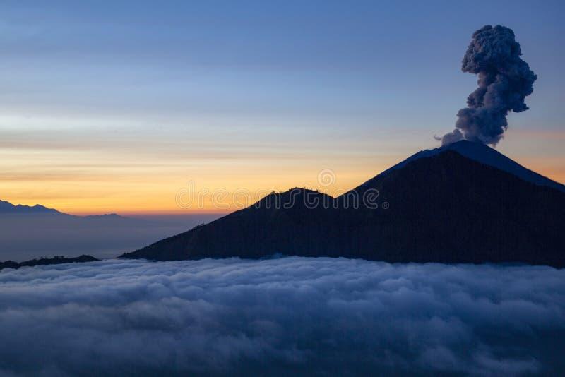 火山爆发印度尼西亚 库存图片