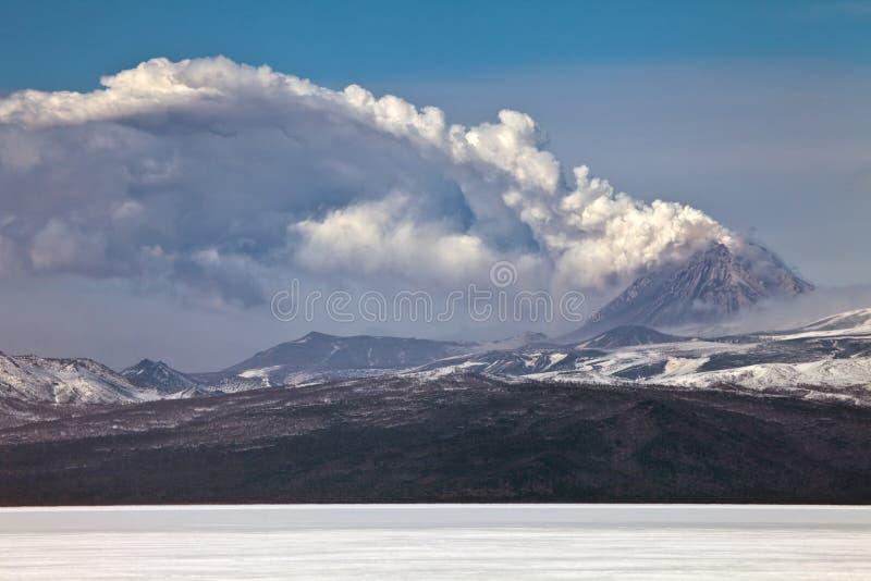 火山爆发在堪察加,火山碎屑岩的流 免版税库存图片
