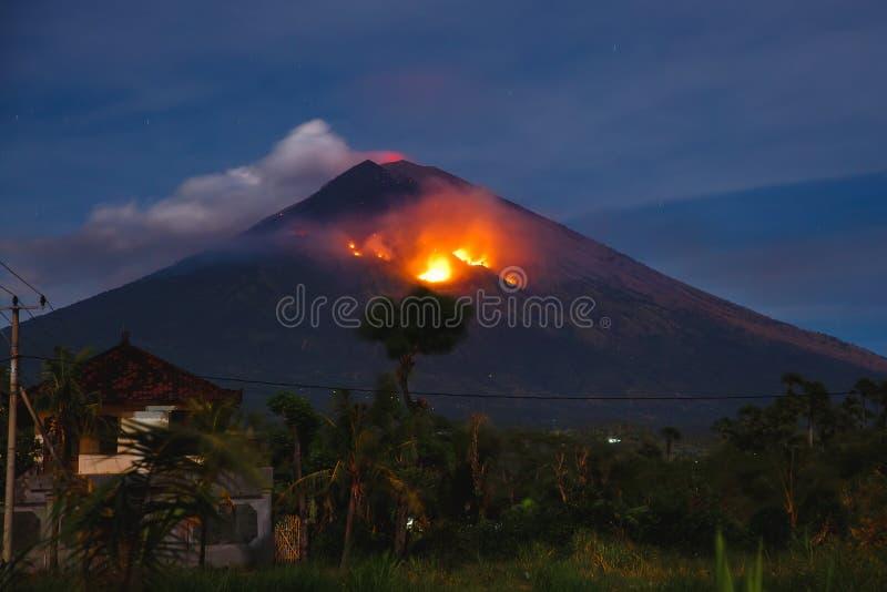火山爆发在晚上-火山阿贡在巴厘岛,印度尼西亚 免版税库存图片