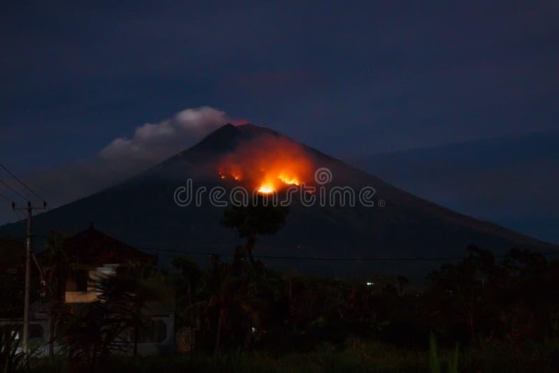 火山爆发在晚上 火山阿贡在巴厘岛,印度尼西亚 库存照片