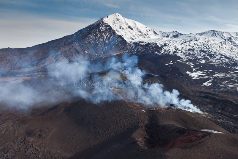 火山爆发扎尔巴奇克火山 图库摄影