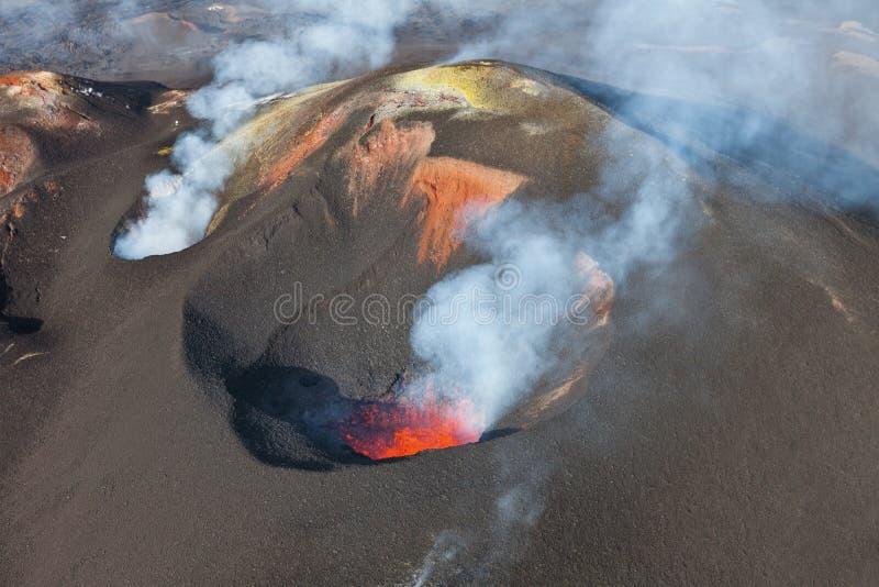 火山爆发扎尔巴奇克火山 免版税库存照片