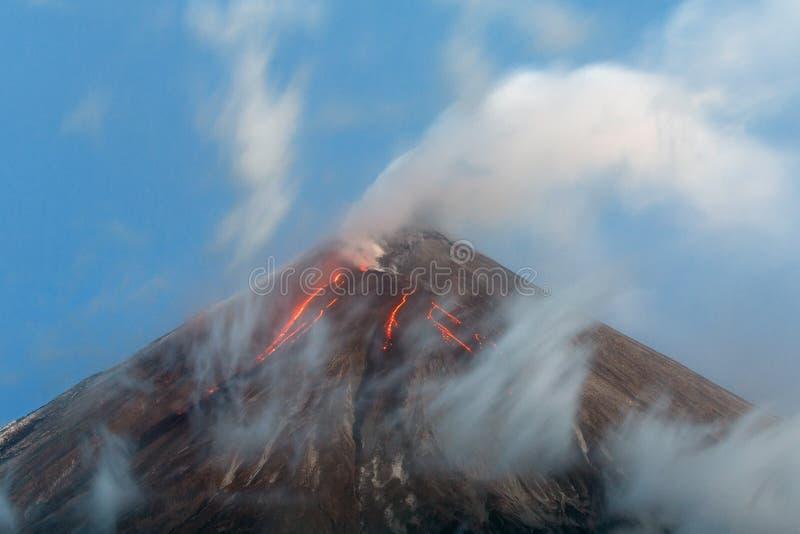 火山爆发-从火山火山口的熔岩流  免版税库存照片