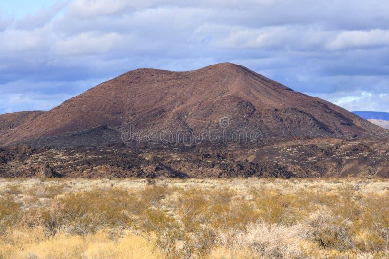 火山的炭渣锥体在加利福尼亚莫哈韦沙漠  库存图片