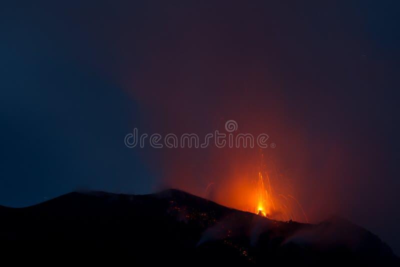 活火山的爆发 免版税库存图片
