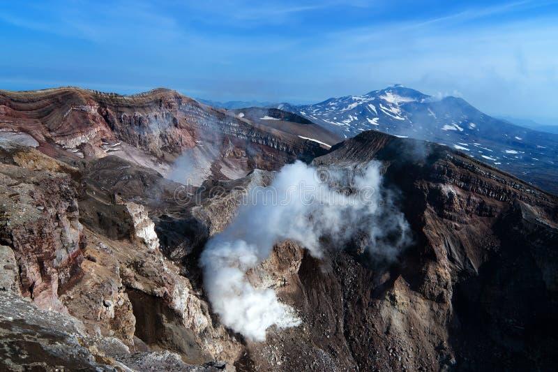 火山的看法从火山口的边缘的 免版税库存图片