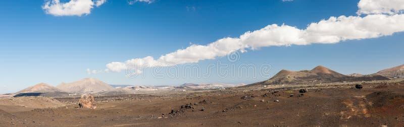 火山的贫瘠风景,全景的兰萨罗特岛- 库存照片