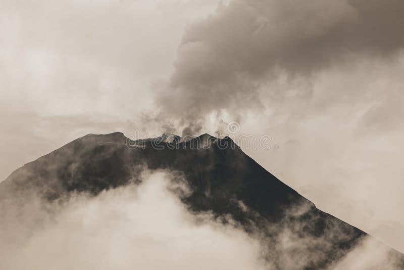 活火山的通古拉瓦火山一 免版税库存图片