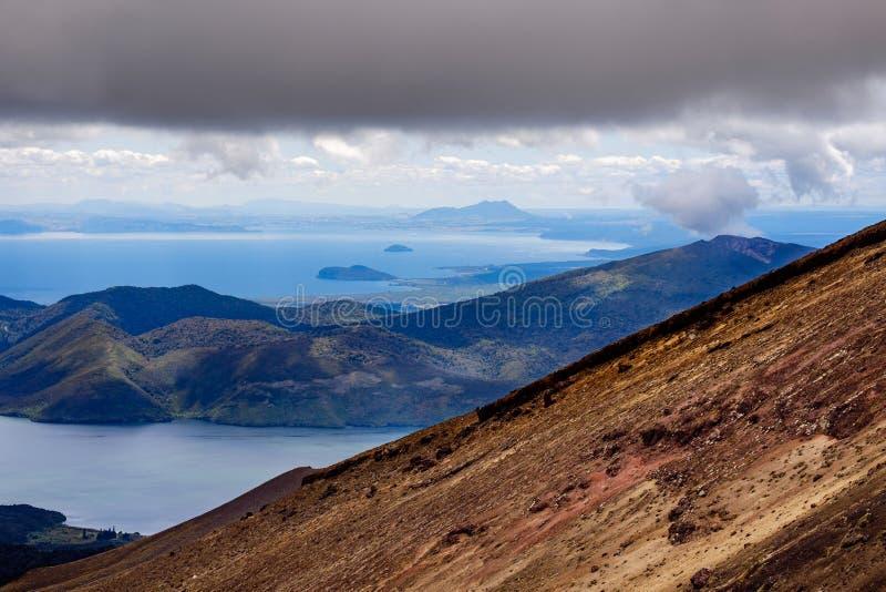 火山的风景和海景在Tongariro,新西兰 免版税库存照片