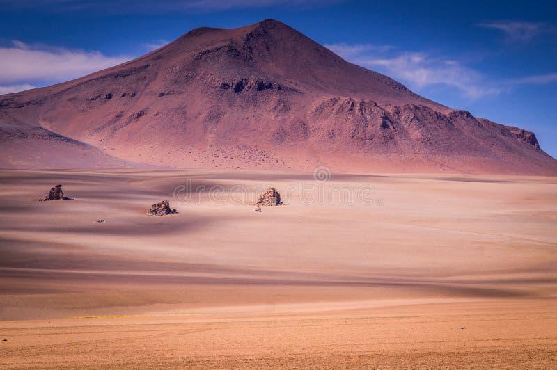 火山的风景在阿尔蒂普拉诺高原在边界附近的玻利维亚南部向智利 免版税库存照片