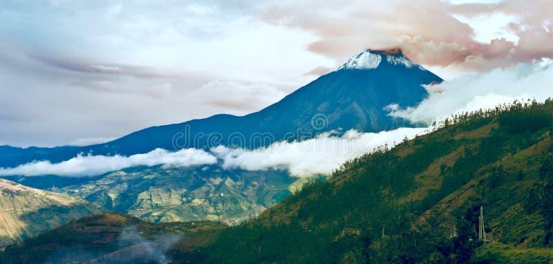 火山通古拉瓦火山,中央厄瓜多尔的爆发 库存图片