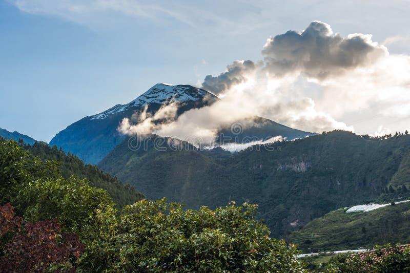 火山通古拉瓦火山,厄瓜多尔的爆发 库存照片