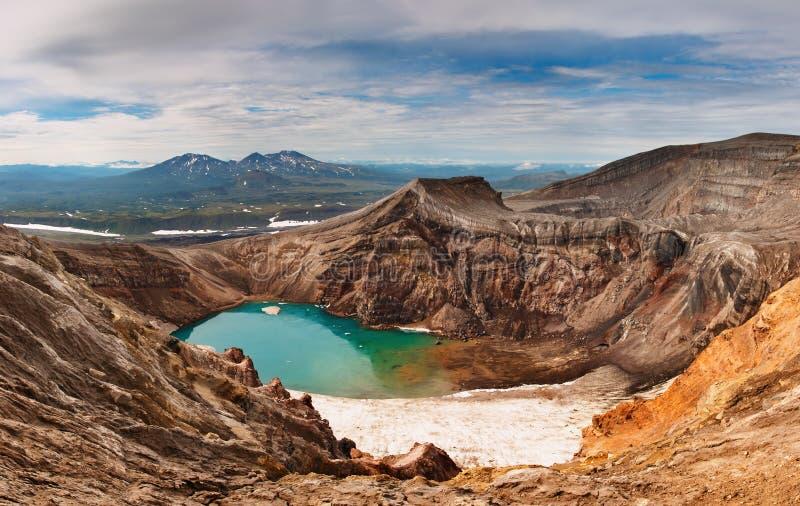 火山酸火山口的湖 免版税库存图片