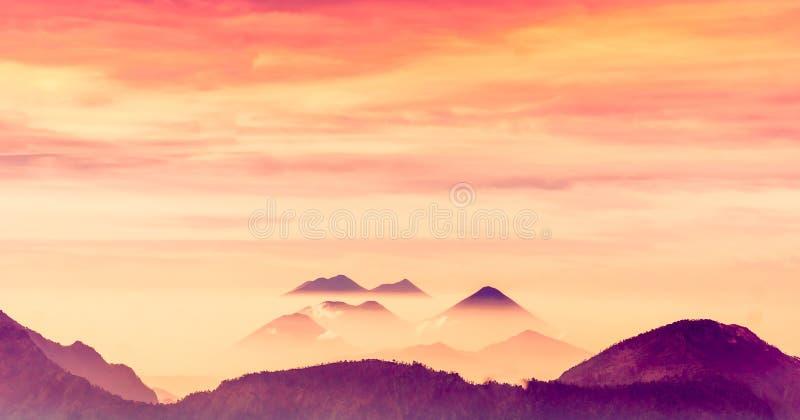 火山风景剪影在山的克萨尔特南戈在危地马拉 库存照片
