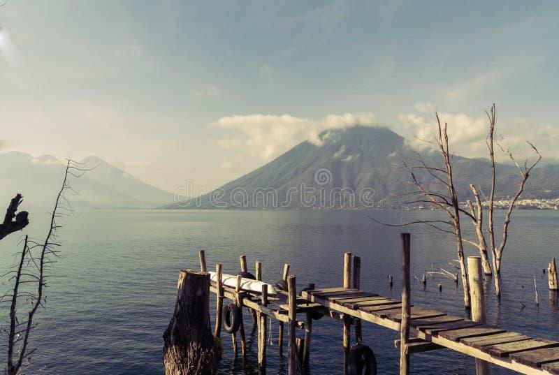 火山风景Lago Atitlan在危地马拉 图库摄影
