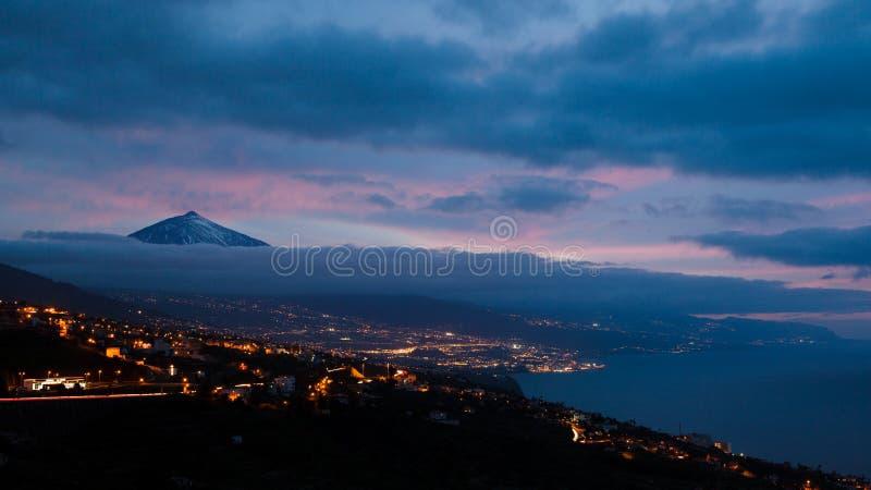 火山del泰德峰剪影由在每夜的天空的云彩围拢了 Pico del泰德峰山在El泰德峰国家公园在晚上 免版税库存图片