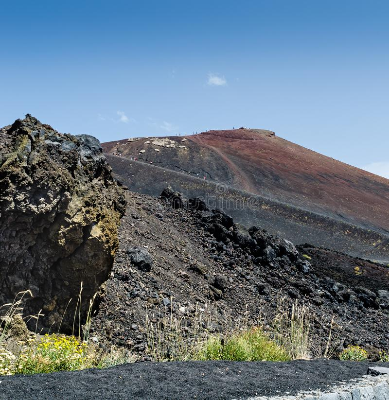 火山Etna的风景看法在背景天空蔚蓝的 仍然欧洲的最高的火山在活动 库存照片
