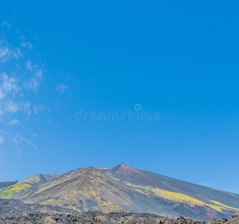 火山Etna的风景看法在背景天空蔚蓝的 仍然欧洲的最高的火山在活动 免版税库存图片