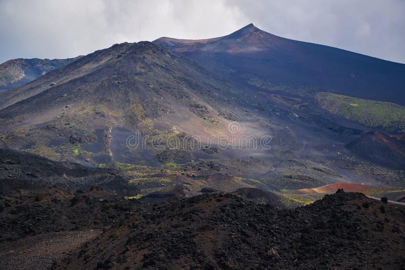 火山Etna,西西里岛,意大利惊人的风景  干燥熔岩山的出色的意见  免版税库存照片
