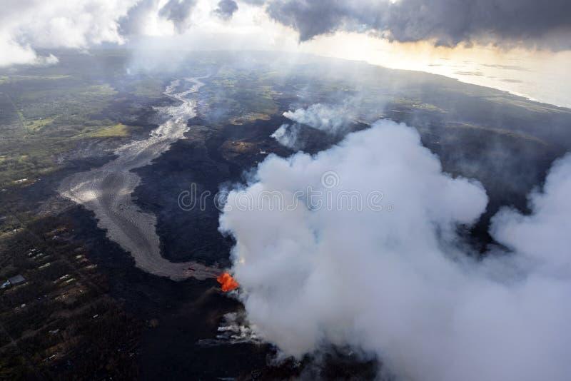 火山Kilauea的爆发的鸟瞰图在夏威夷的 免版税库存图片