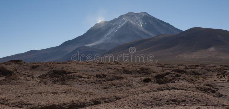 火山Ollague Mirador  它` s在边界的一巨型的stratovolcano在玻利维亚和智利之间 库存照片