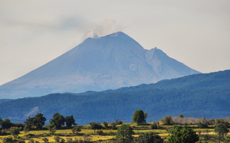 火山Popocatepetl在以小烟云为特色的墨西哥 图库摄影