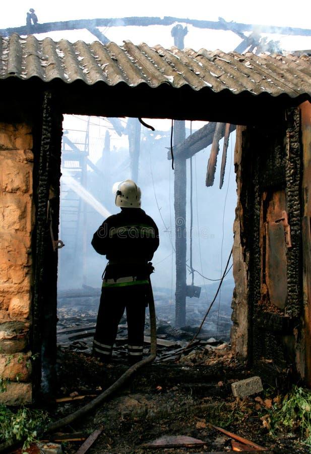 Download 火投入消防员的房子 库存照片. 图片 包括有 服务, 消防员, 抢救, 安全性, 地域, 房子, 英雄, 破坏 - 22358654