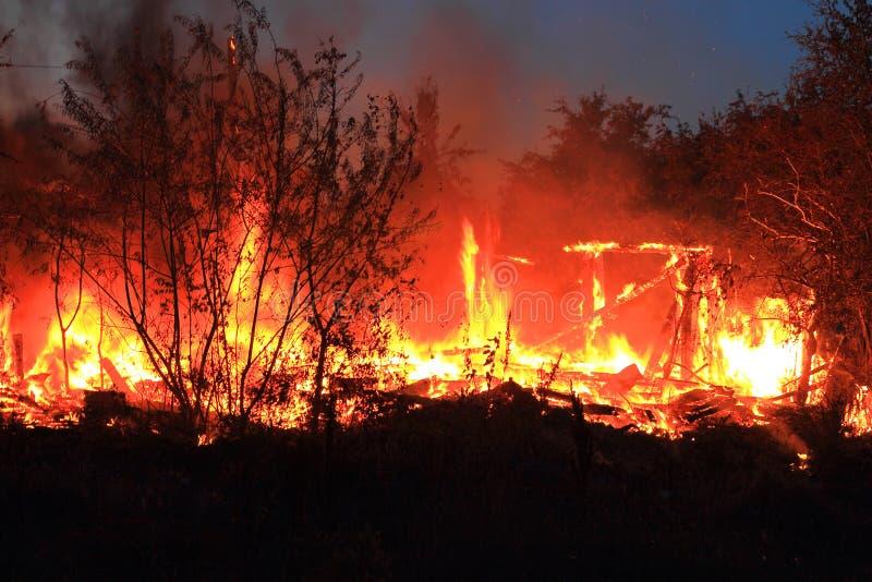 火是灼烧的木房子 免版税图库摄影