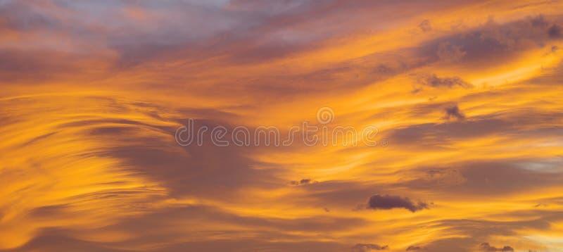 火橙日落多云天 美丽的天空 免版税库存照片