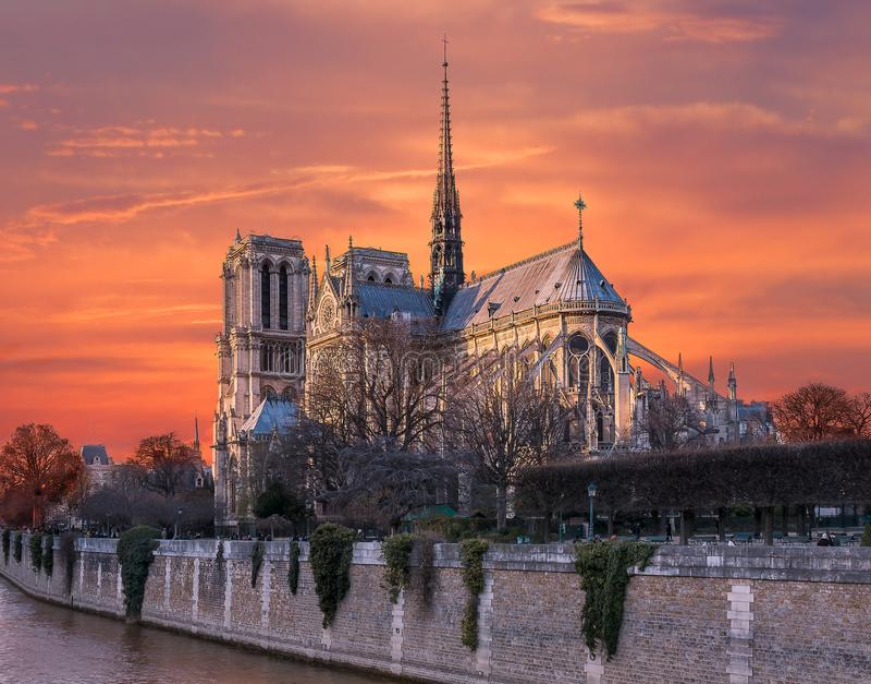 火橙色天空在巴黎圣母院的 免版税库存照片