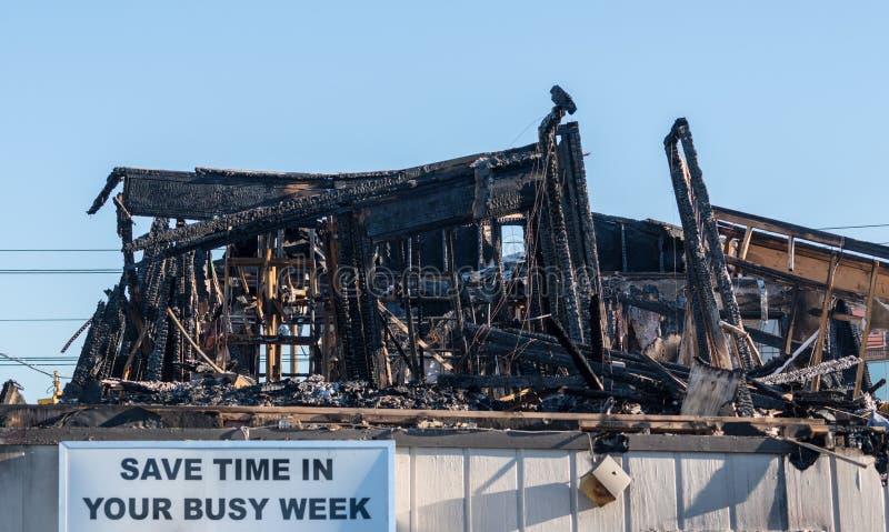 火毁坏的办公楼的被烧光的遗骸 库存图片