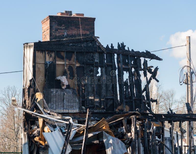 火毁坏的办公楼的被烧光的遗骸 免版税库存照片