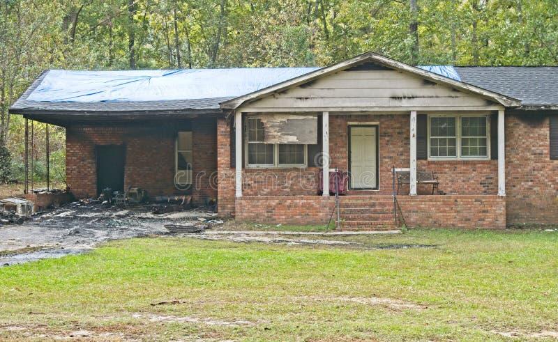 火毁坏的单身家庭的砖家 免版税库存照片