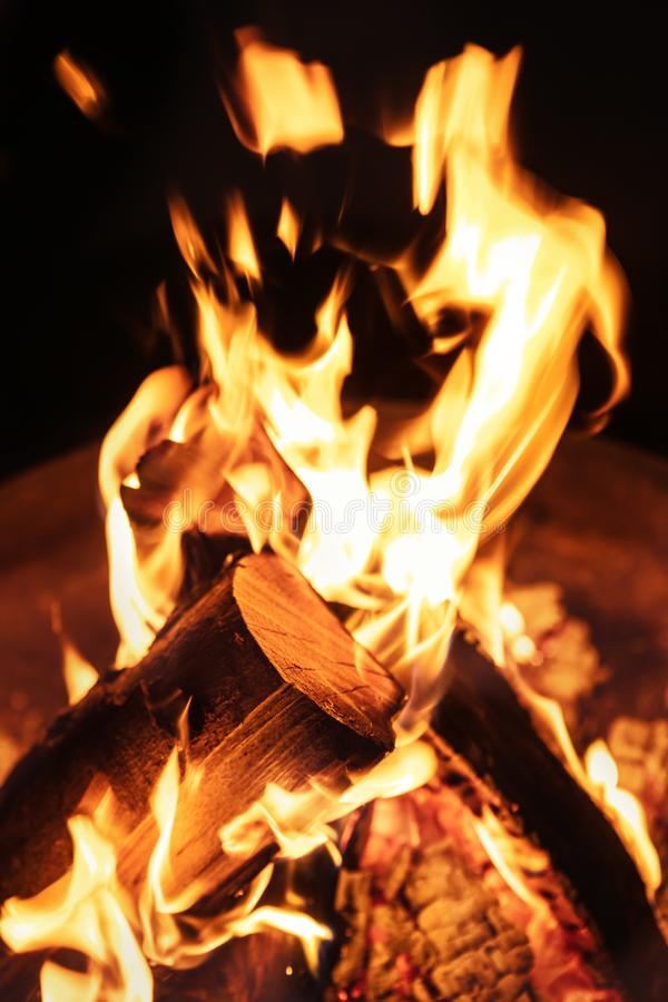 火火焰、营火或者灼烧的木火炉,黑ba特写镜头  免版税库存照片