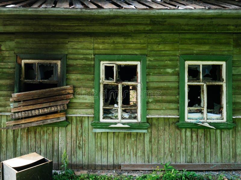 火灾后旧木屋的窗子被封上了 库存照片