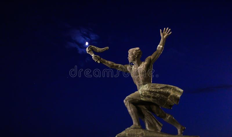 火炬与月亮,布达佩斯的持票人雕象 免版税图库摄影