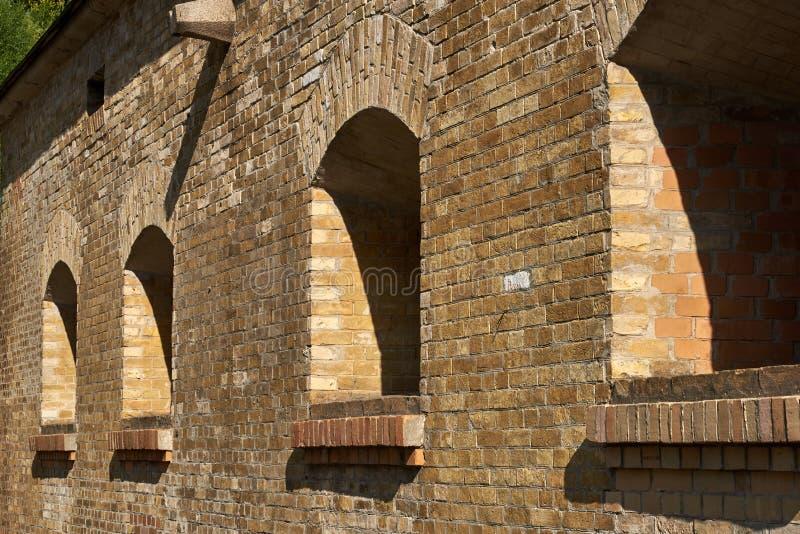 火炮的发射孔在砖墙 库存照片